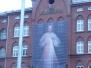 Jezus Miłosierny na fasadzie Domu